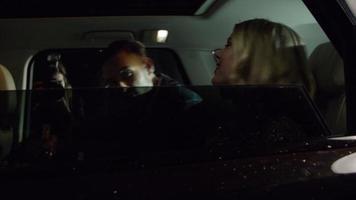 coppia di celebrità esce dalla limousine, fotografata dai paparazzi, girato su r3d video