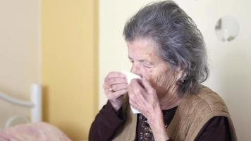 velha doente pega resfriado, assoando o nariz