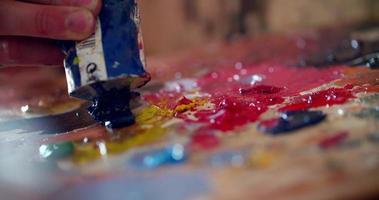 vibranti pitture multicolori su una tavolozza mista a coltello