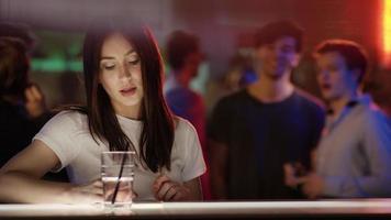 dos chicos mirando chica en el bar video