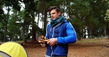 pareja de excursionistas preparando una fogata
