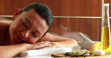 splendida bruna sdraiata sul lettino da massaggio