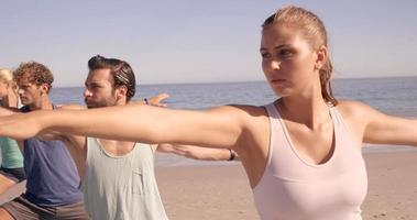 quattro amici che fanno yoga