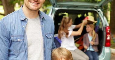vader en zoon glimlachen naar de camera voor auto