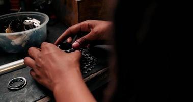 mãos de artesão montando engrenagens de bicicleta em uma bancada de trabalho