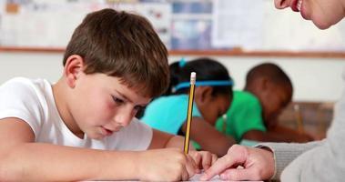 enseignant aidant un petit garçon pendant la classe