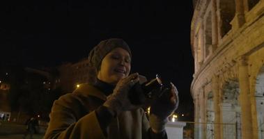 femme, à, appareil photo rétro, tir, colisée, soir