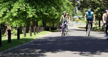 groupe de personnes ayant une course de vélo