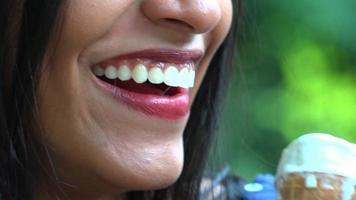 mulher muito sorridente comendo