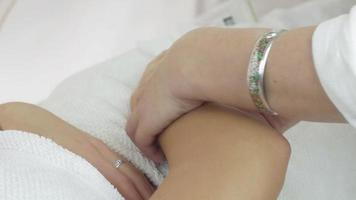Nahaufnahme Kosmetiker Hände wachsen rechte Mädchen Hand im Schönheitssalon. Epilation
