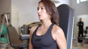 Frau, die mit Hanteln im Fitnessstudio arbeitet, Seitenansicht nah oben
