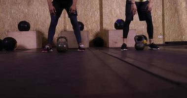 due uomini nello sport della palestra che esercitano i giovani ragazzi sollevamento pesi allenamento in palestra, sportivo che lavora fuori