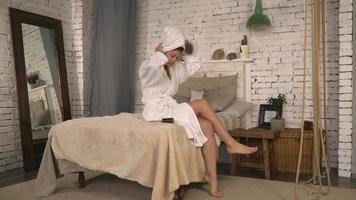 giovane donna con pettine in appartamento