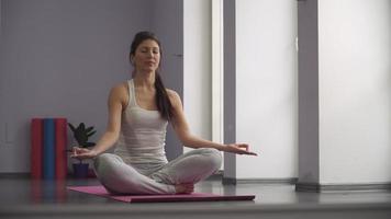 mulher fazendo ioga, em posição de oração