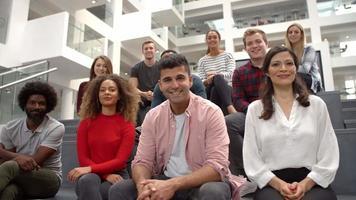 retrato de grupo de alunos nas escadas do prédio do campus