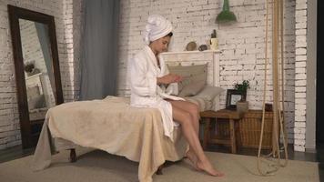 feminino cuide da pele com creme nutritivo video