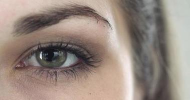 primo piano estremo di un occhio verde di una ragazza video