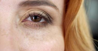 occhi marroni della donna video