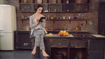femme avec appareil moderne passe la matinée à plat