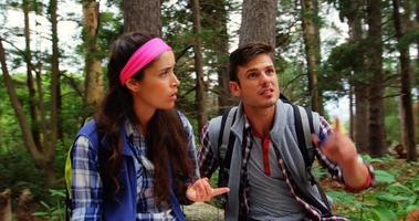 coppia di escursionisti seduti e cercando la loro direzione video