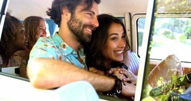 amis hipster parlant à l'intérieur d'une camionnette