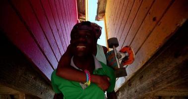 casal adolescente afro-americano pegando carona