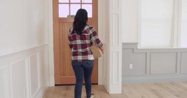 donna consegna pacco al corriere a casa girato su r3d
