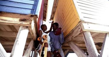 casal adolescente afro-americano com edifícios de madeira coloridos