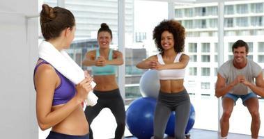 aula de fitness agachando em bolas de bosu