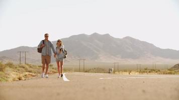 coppia in vacanza autostop lungo strada girato su r3d