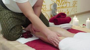 especialista en masajes haciendo masaje de pies de mujer