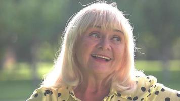 dama con cabello gris sonríe.