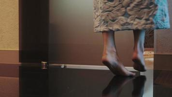 vue, de, femme, dans, peignoir, venir, salle bains, porte ouverte, et, asseoir, blanc, bain