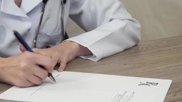 el doctor pone su firma en la receta