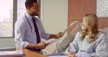 Der Arzt spricht mit einem jugendlichen Patienten im Krankenhaus, der auf R3D erschossen wurde video