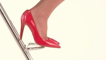 Füße in roten Fersenschuhen.