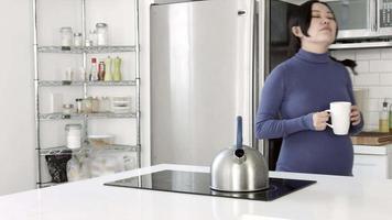 schwangere Frau in ihrer Küche video