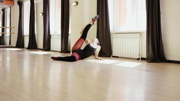 linda garota praticando alongamento