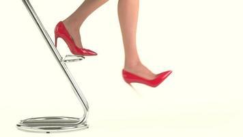 Frauenbeine in glänzenden Absätzen.