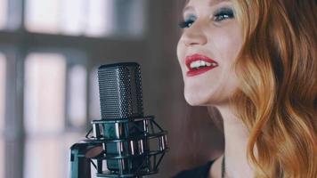 jolie chanteuse avec un maquillage lumineux sur scène au microphone de concert. le jazz