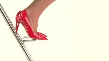 pies en tacones rojos.
