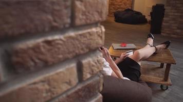 donna che odering con smartphone paga con carta di credito