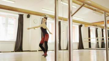 linda garota vestindo malha de balé