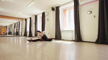 schönes Mädchen üben Stretching