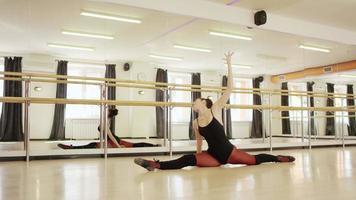 schönes Mädchen, das Ballettanzug trägt