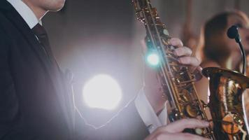 saxofonista tocar saxofonista dourado. holofotes. vocalista atraente. jazz video