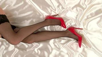 Beine in Strümpfen und Schuhen.