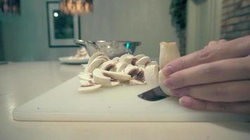 cogumelos limpos e cortados em pequenos pedaços de tigela video