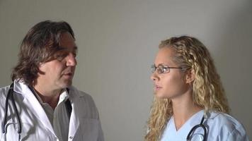 orolig läkare och sjuksköterska som pratar. inomhus video