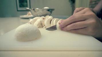 champiñones limpios y cortados en trozos pequeños bowl